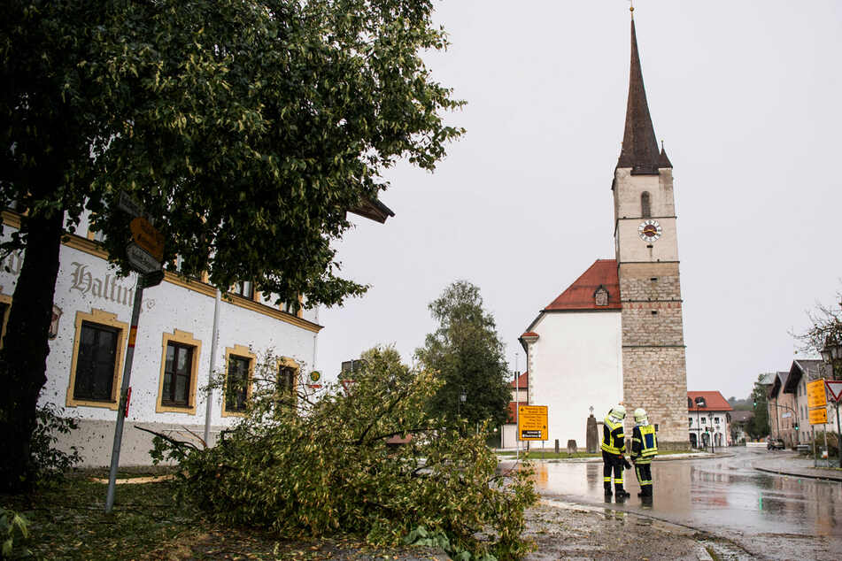 Der Kirchturm der Gemeinde Halfing wurde so stark von dem Unwetter getroffen, dass Statiker nun untersuchen, ob der Turm einsturzgefährdet ist.
