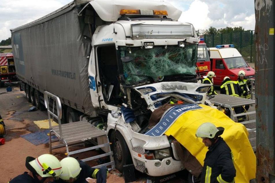 Horror-Crash: Motorradfahrer stirbt zwischen zwei Lastern