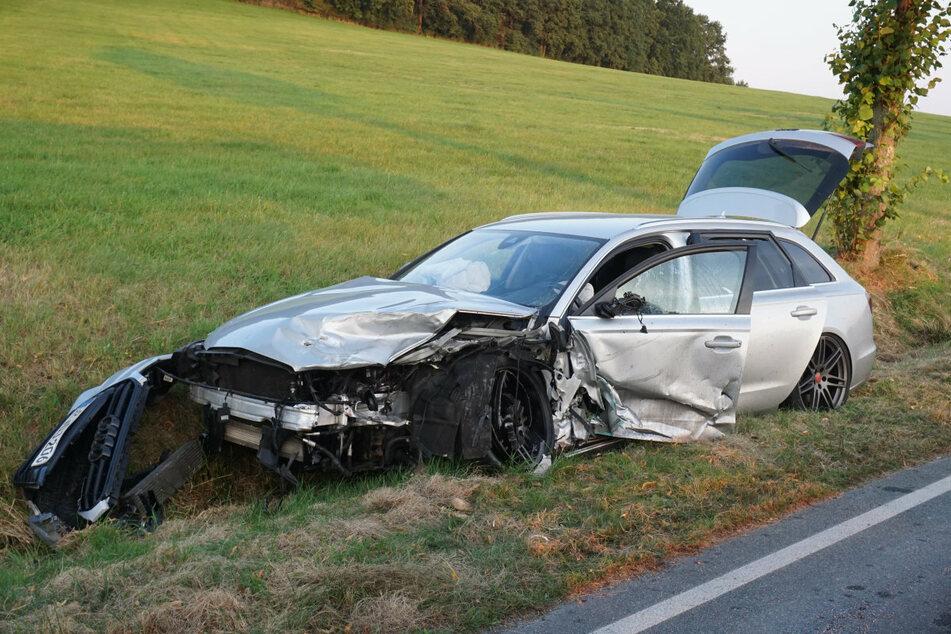 Der zerstörte Audi liegt im Straßengraben.