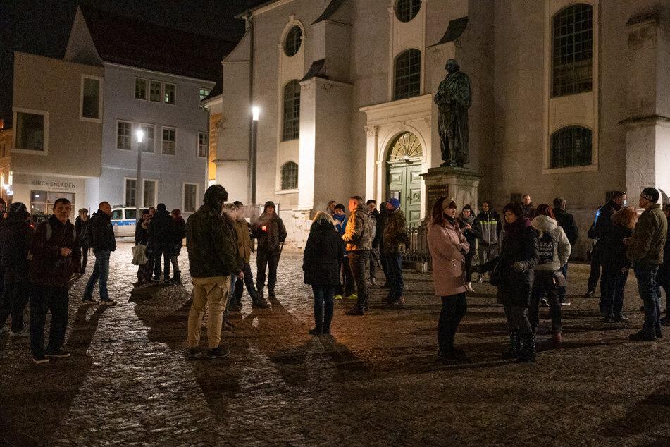 """Zu einem """"Spaziergang"""" trafen sich über 100 Menschen auf dem Theaterplatz in Weimar."""