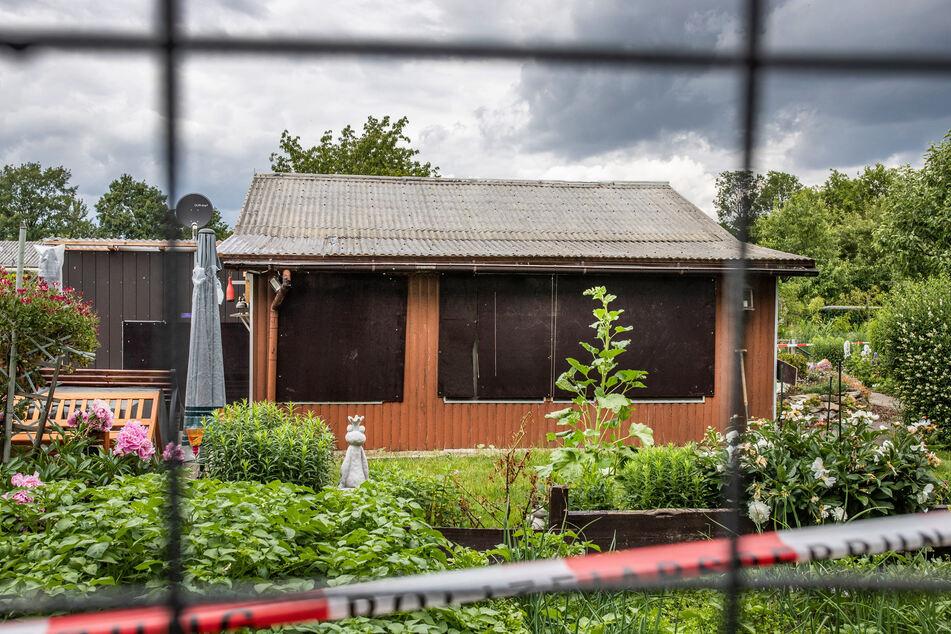 Absperrband umgibt das Grundstück in einer Kleingartenkolonie am Stadtrand von Münster. Die Gartenlaube ist einer der Tatorte im Missbrauchskomplex Münster.
