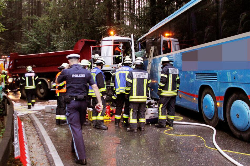 Schwerer Unfall: Lastwagen kracht frontal in Schulbus!