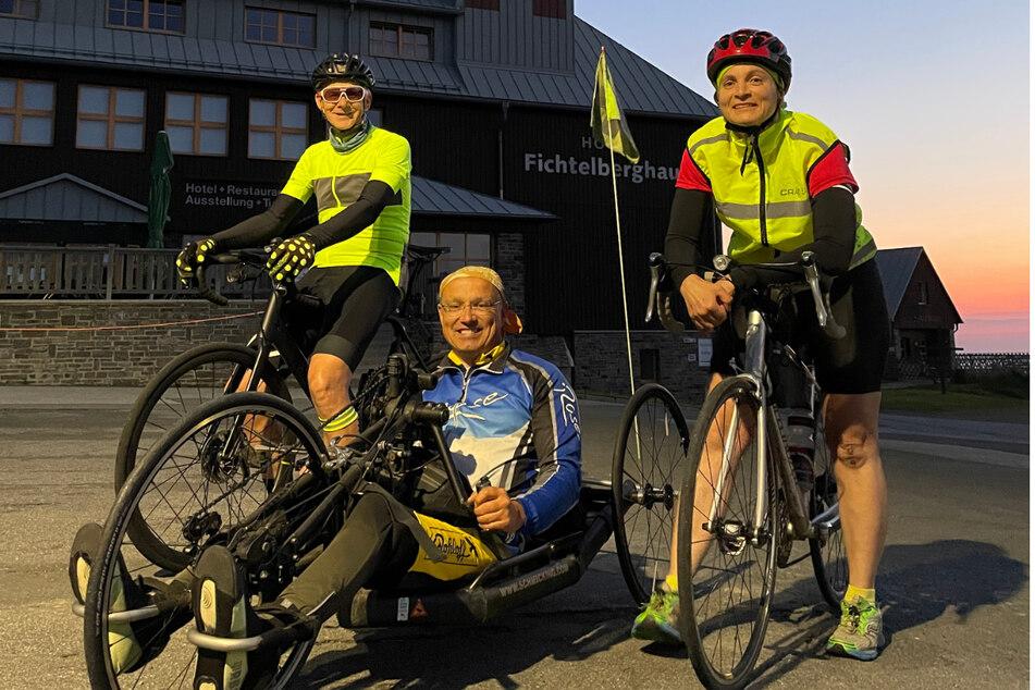 Start vor Sonnenaufgang auf dem Gipfel des Fichtelbergs. Christiane und Lád'a begleiteten auf dem Rennrad Veit bei seiner Nonstop-Tour mit dem Handbike zum Kap Arkona.