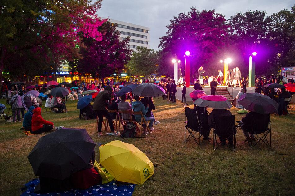 Selbst Regen und Kälte konnten den Festival-Fans beim Parksommer-Auftakt die gute Laune nicht verderben.