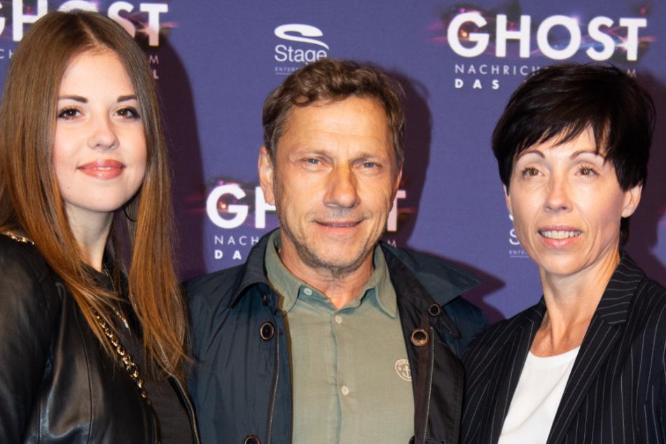 """Richy Müller kommt mit seiner Frau Christl Stumhofer (r.) und Tochter Celine zur Premiere des Musicals """"Ghost""""."""