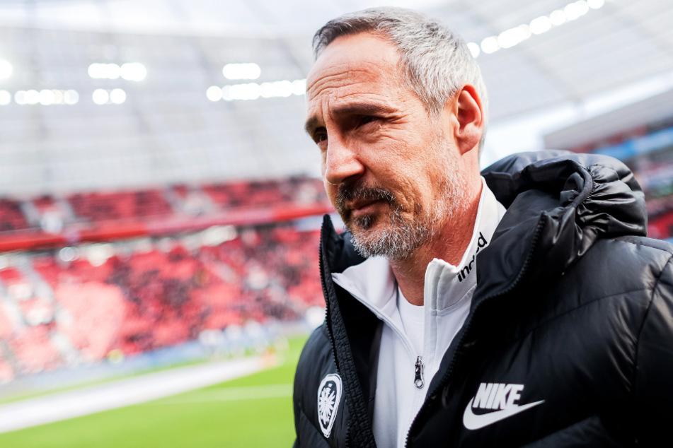 Frankfurts Chef-Trainer Adi Hütter mit skeptischem Blick (Archivbild).