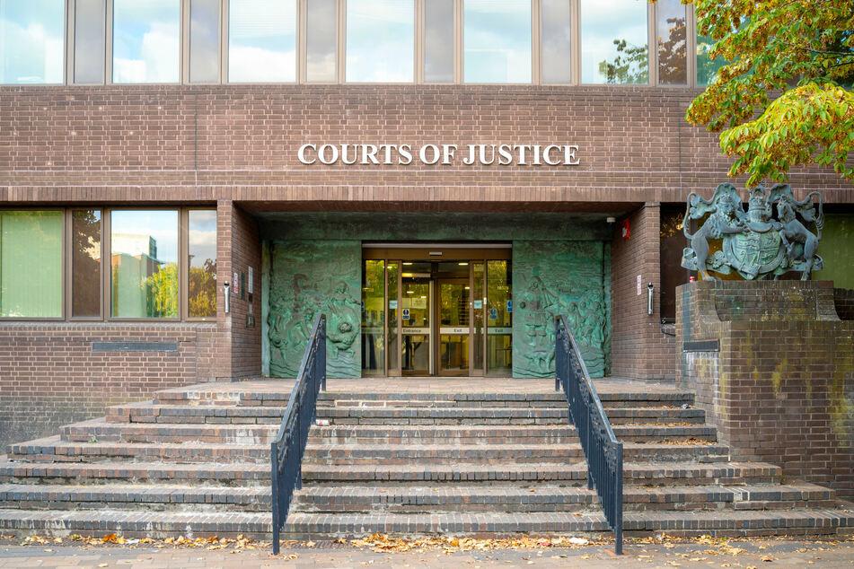 Vor dem Gericht in Portsmouth müssen sich zwei Frauen unter anderem wegen sexueller Belästigung verantworten.