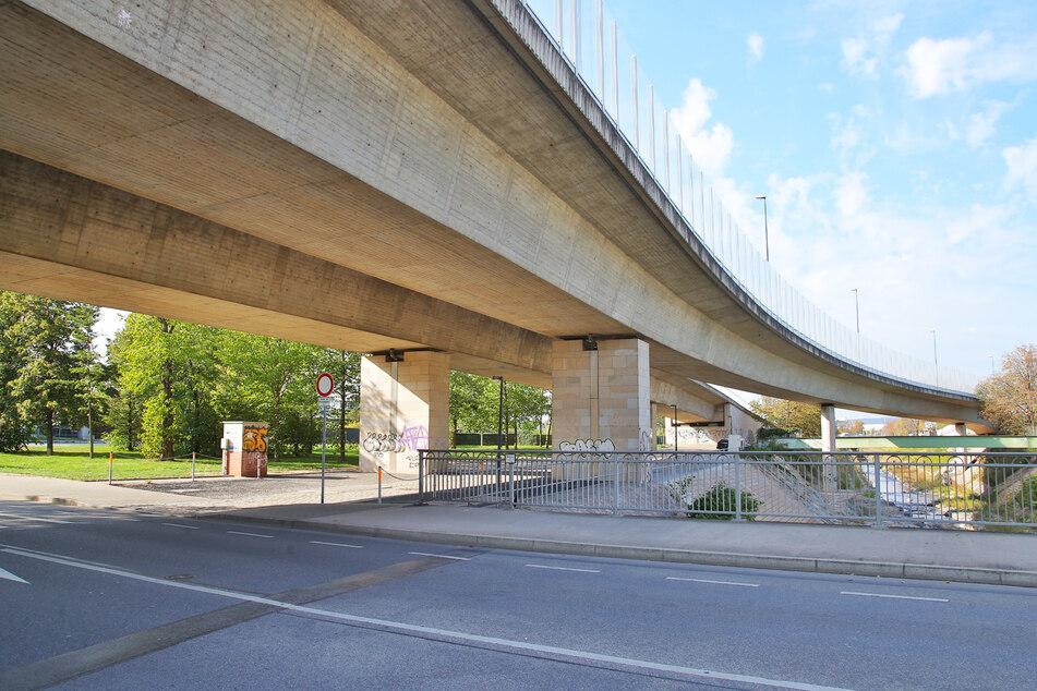 Diese Stellflächen unter der Löbtauer Brücke hätten Entlastung bringen sollen.