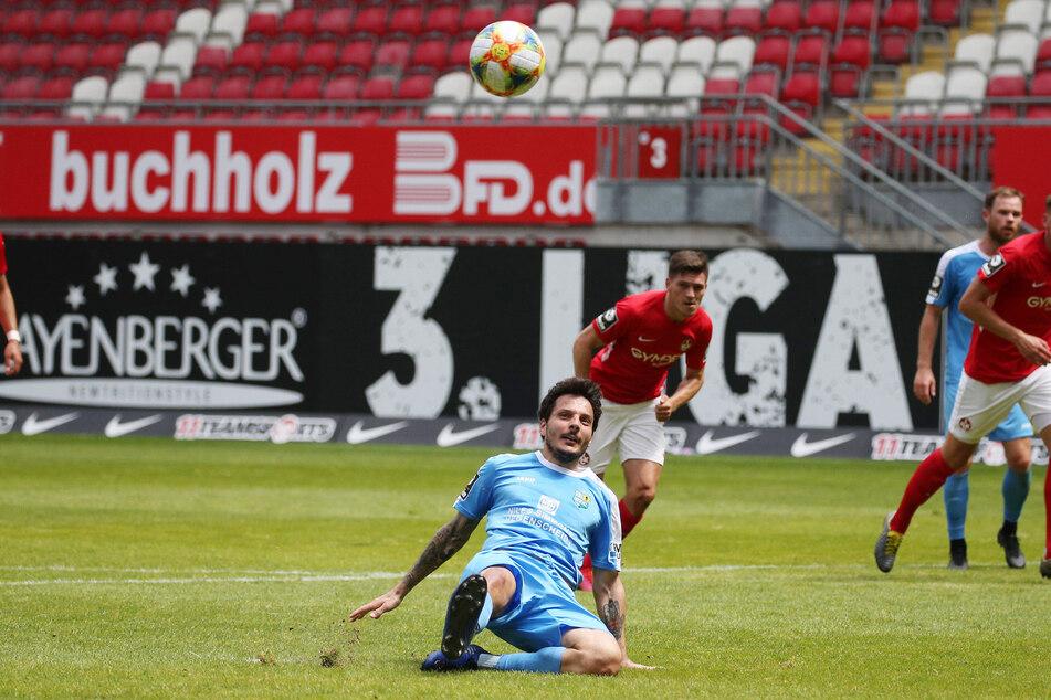 Die bittere Szene in der 40. Minute: Philipp Hosiner rutscht beim Elfmeter weg, der Ball geht weit am Lauterer Tor vorbei.