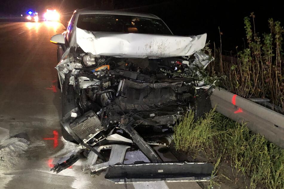Am frühen Montagmorgen ist ein 21-jähriger VW-Fahrer in einen vor ihm fahrenden Lkw gekracht und wurde dabei schwer verletzt.