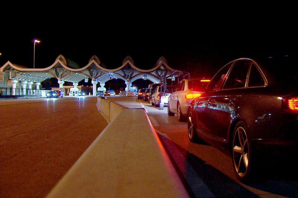 Autofahrer warten in einem kilometerlangen Stau bei der Einreise nach Österreich am Karawankentunnel.