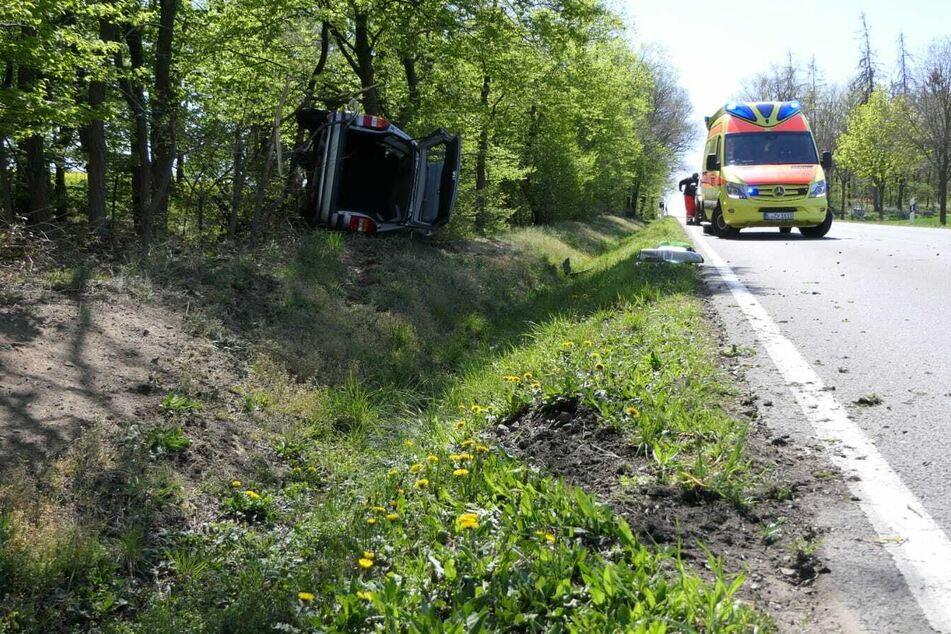 Auf der B107 schleuderte ein Opel Zafira in den Graben und kippte auf die Seite.