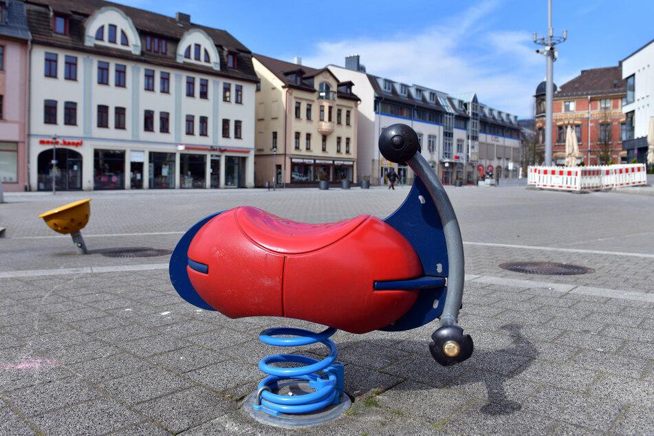 Fast menschenleer ist die Einkaufmeile Bahnhofstraße in Sonneberg zur Mittagszeit. Im Landkreis sind in den vergangenen sieben Tagen mehr als 50 Corona-Neuinfektionen pro 100.000 Einwohner registriert worden.