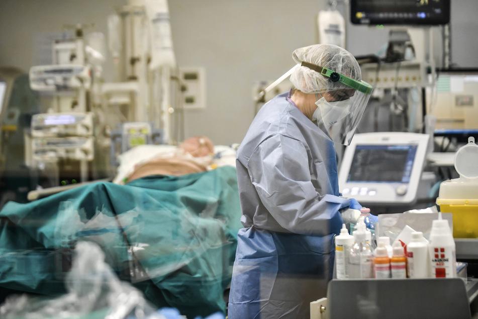 Ein italienischer Arzt wollte offenbar Platz im Krankenhaus schaffen und soll deshalb zwei Covid-Patienten tödliche Medikamente gegeben haben. (Symbolbild)
