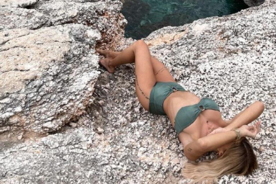 Gerda Lewis: Bikini-Nixe: Wer liegt denn hier auf dem Felsen?