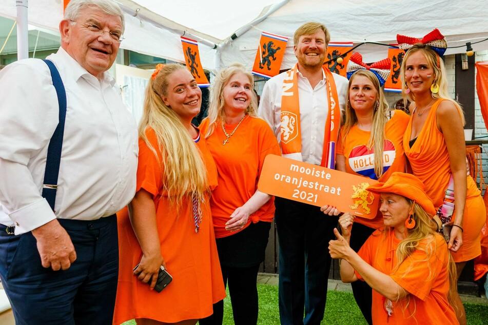König Willem-Alexander mit Fußballfans. Jetzt steht er in der Kritik, weil er die Corona-Regeln nicht beachtete.