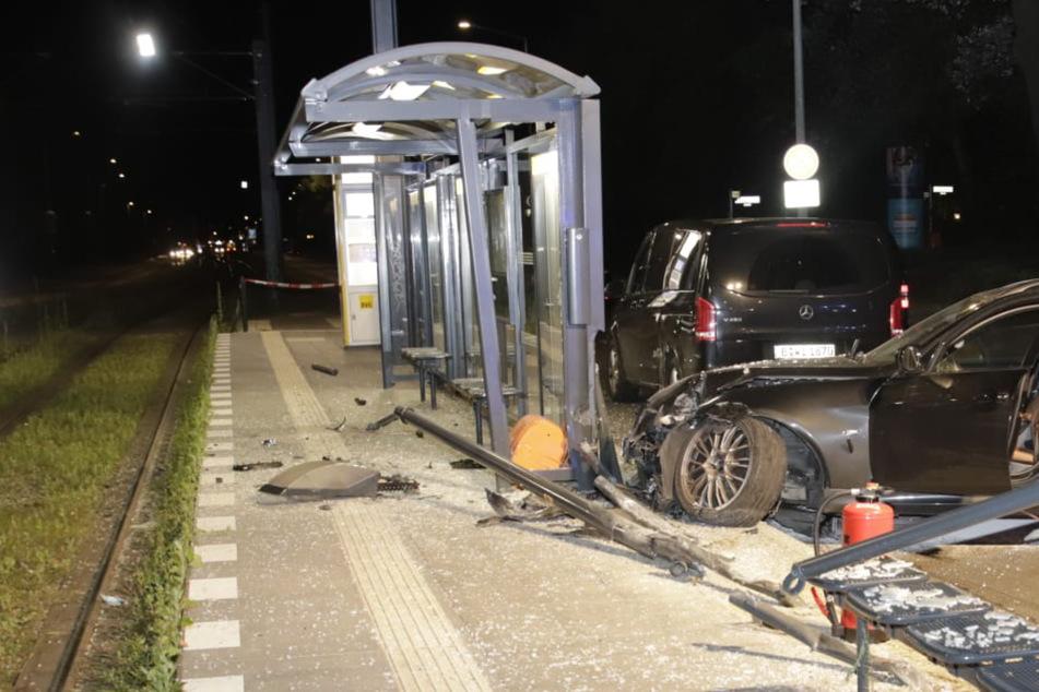 Scherbenhaufen in Karlshorst: BMW kracht in Haltestelle