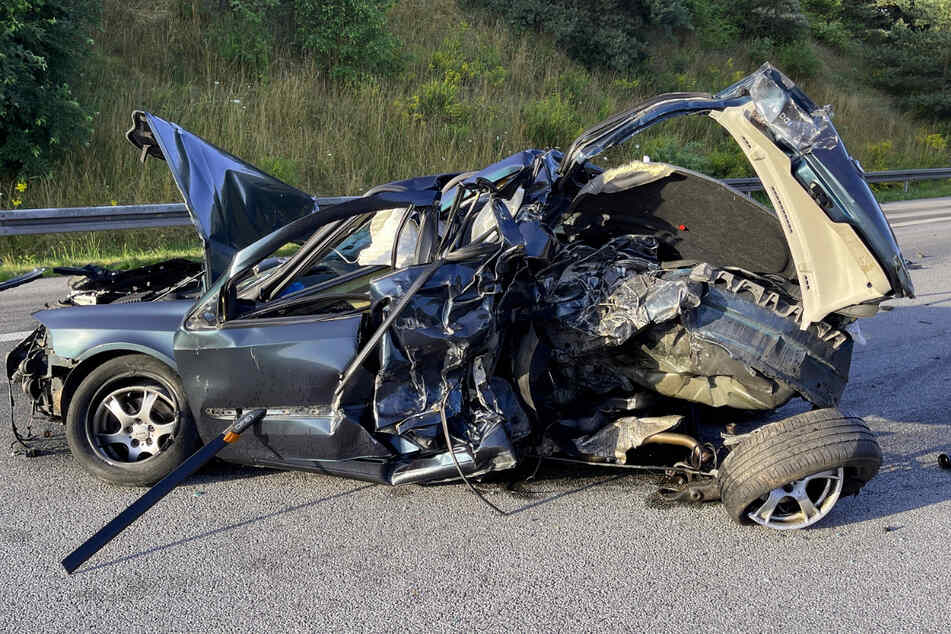Erst platzte an dem Renault Laguna ein Reifen, dann fuhr ein Sattelschlepper in den Wagen.