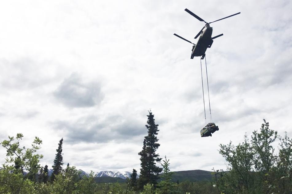 Dieser Bus flog am Donnerstag an einem Militär-Hubschrauber befestigt durch Alaska.