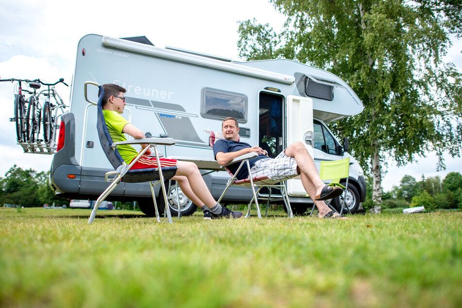 Weil das Verreisen gerade nicht so einfach ist, kaufen viele Deutsche einfach ein solches Wohnmobil für den Urlaub. (Archivbild)