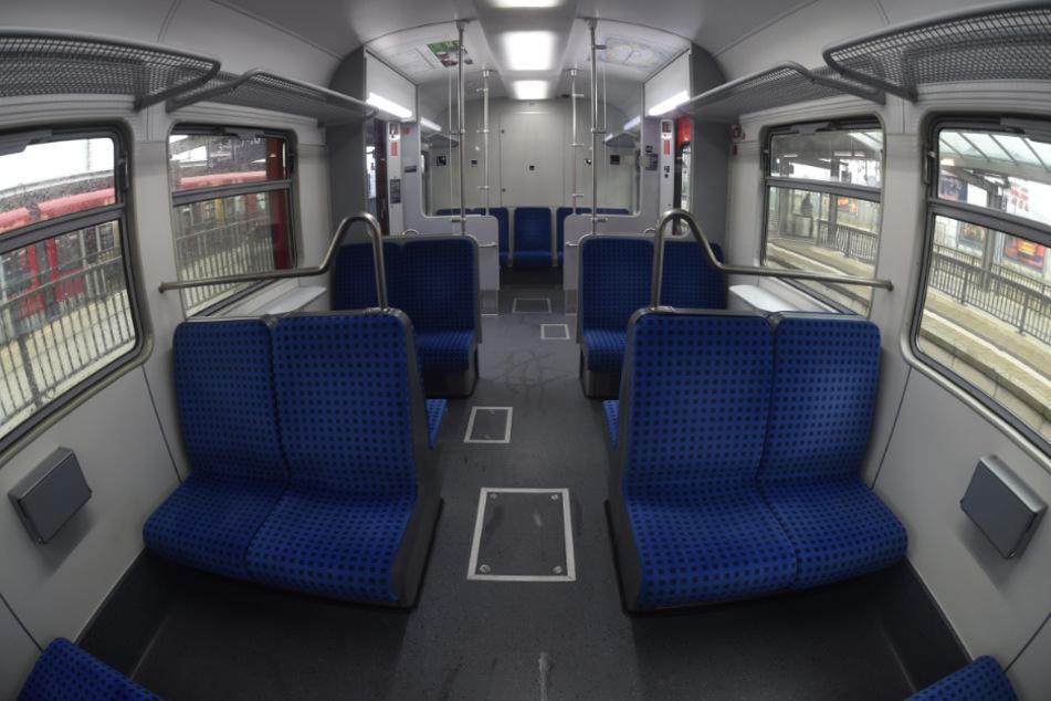 Leere Sitzschalen, derzeit ein gewohntes Bild im Nahverkehr.