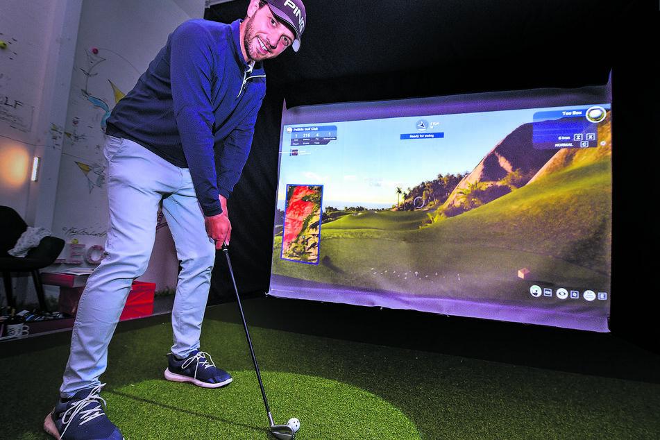 Golfschul-Chef Marcus Lindner (34) führt den Simulator vor. 30 Euro kostet das Indoor-Spiel pro Stunde.