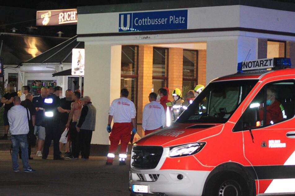 Am späten Montagabend ist ein 33-Jähriger am U-Bahnhof Cottbusser Platz in Berlin-Hellersdorf niedergestochen worden.