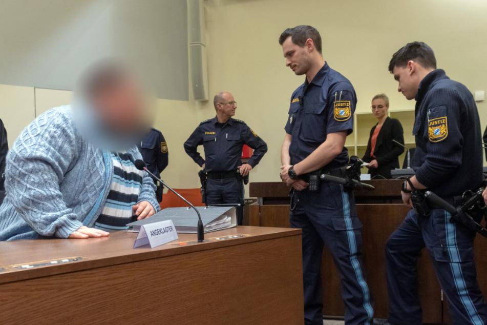 """Der 38-jährige Angeklagte bezeichnete seine Taten selbst als """"bestialische Morde""""."""