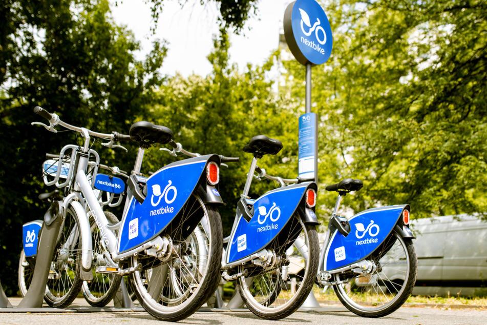 Es gibt solche Stationen, an denen in der Regel mehrere Fahrräder stehen, oder Flex-Zonen, an denen man das Rad mit oder ohne Aufpreis zurückgeben kann.