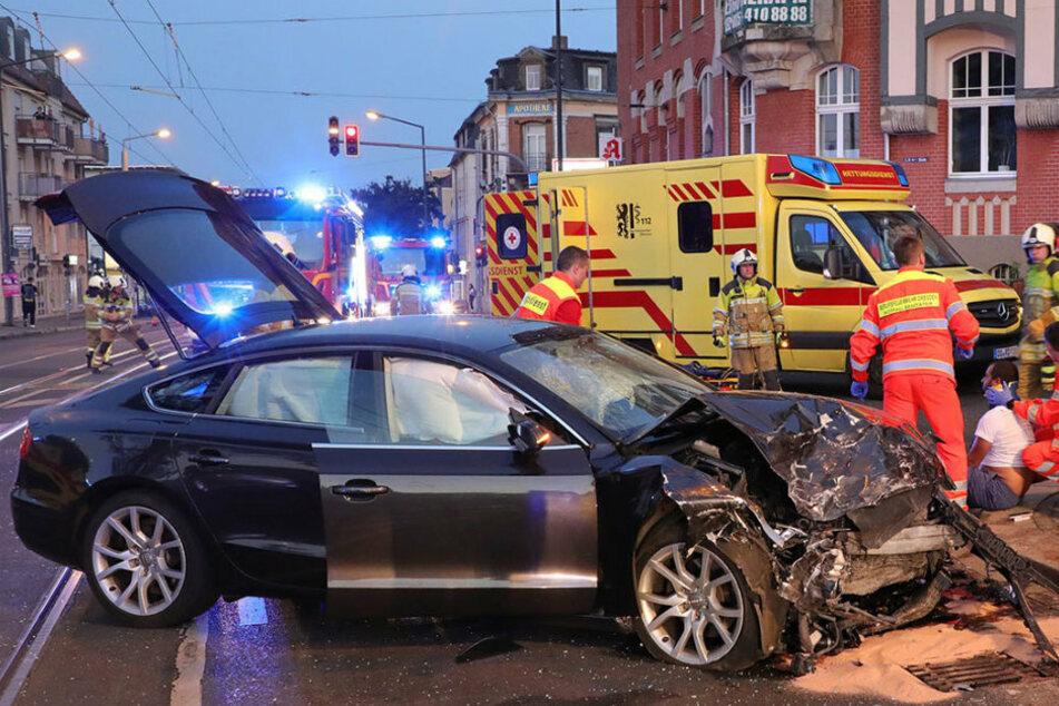 Schwerer Unfall auf der Kesselsdorfer: Auto schleudert über Kreuzung, vier Verletzte!