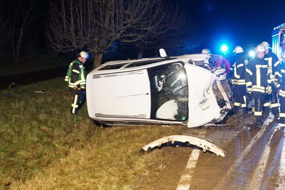 Schwerer Unfall! Zwei junge Menschen krachen mit ihrem Wagen gegen Baum