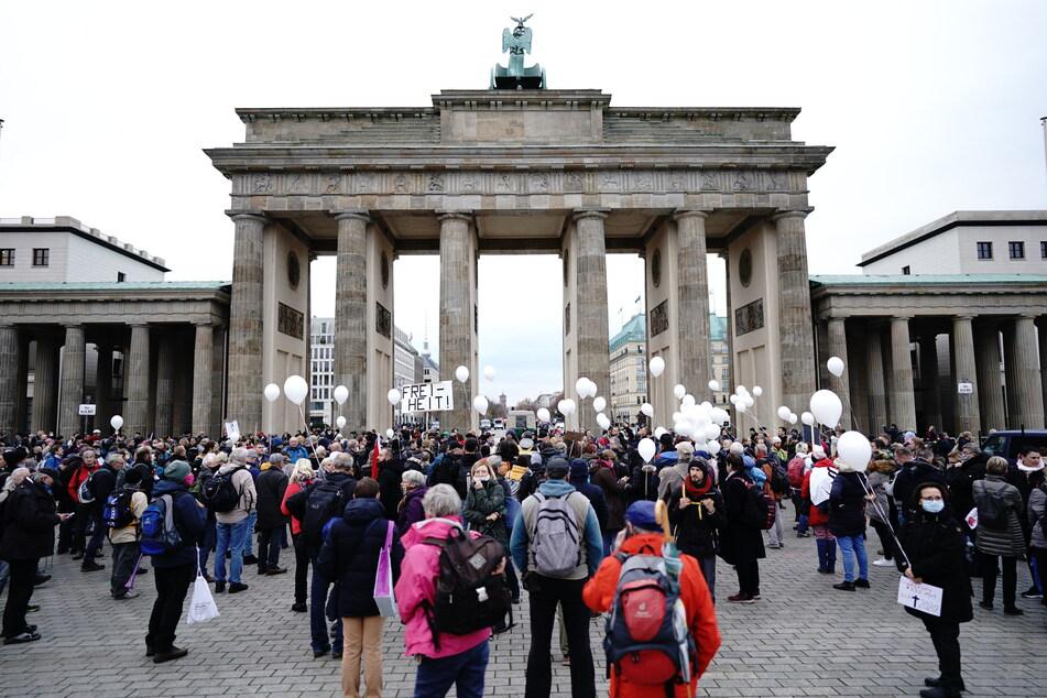 In Berlin demonstrieren am Mittwoch Hunderte Menschen gegen das Infektionsschutzgesetz.