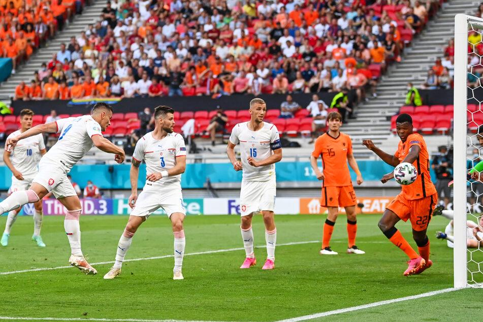 Tomas Holes (2.v.l.) köpft aus drei Metern zum 1:0 für Tschechien ein.