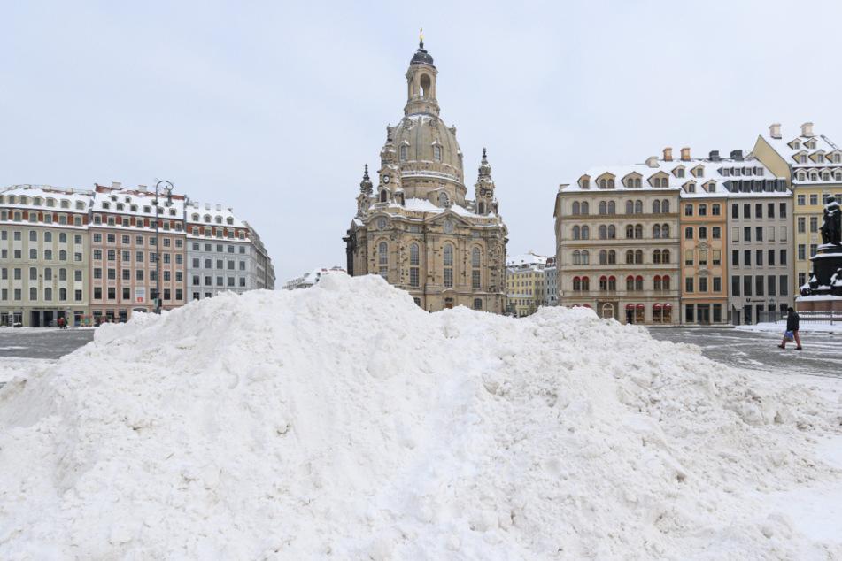 Die Frauenkirche auf dem Neumarkt. Davor ein riesiger Haufen Schnee.