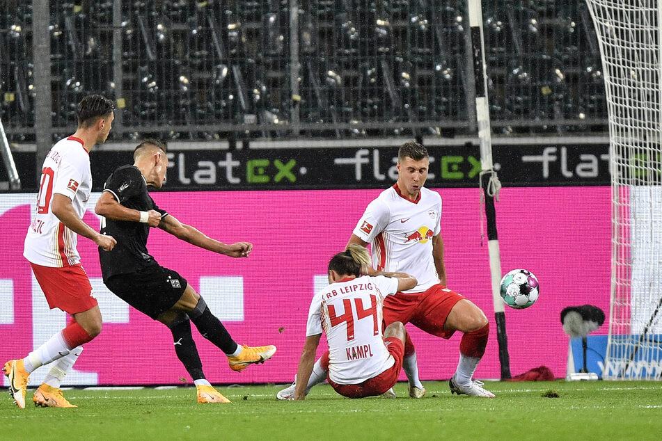 Die Gladbacher Führung: RB-Leihgabe Hannes Wolf (2.v.l.) schlenzt den Ball nach einer Stunde zum 1:0 in die Maschen.