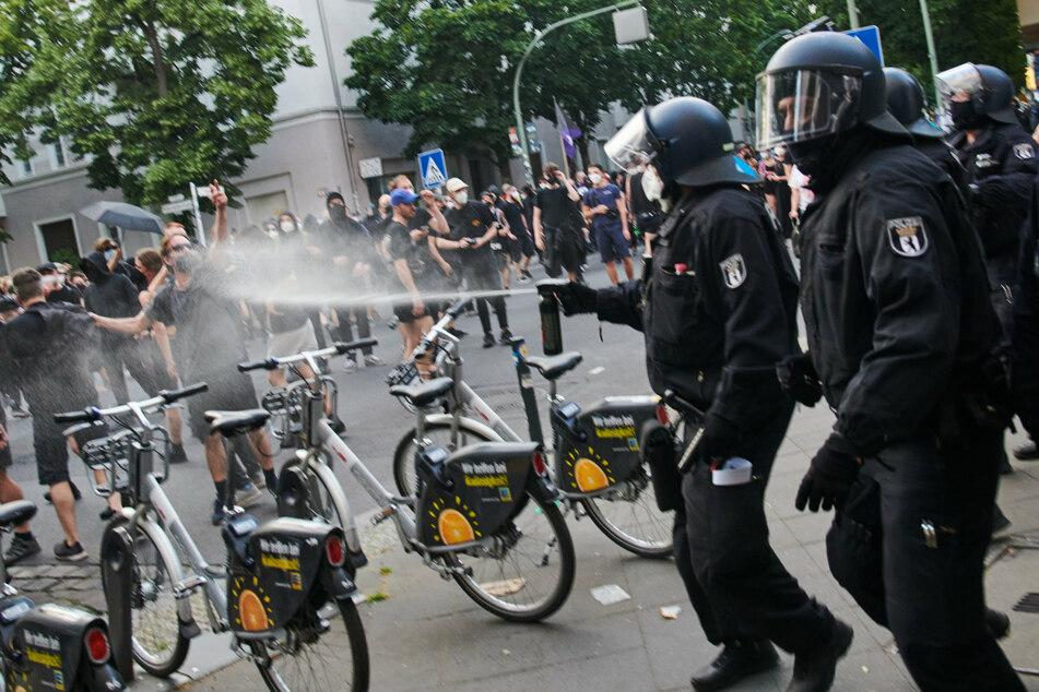 """Ein Polizist setzt bei einer Demonstration von Unterstützern der Bewohner des Hauses in der """"Rigaer 94"""" Reizgas ein."""