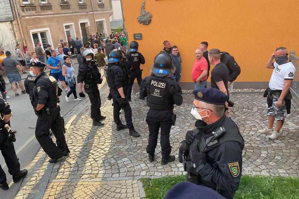 An der Corona-Demo in Zwönitz nahmen auch Rechtsextremisten teil. Teilnehmer hatten die Polizei angegriffen.