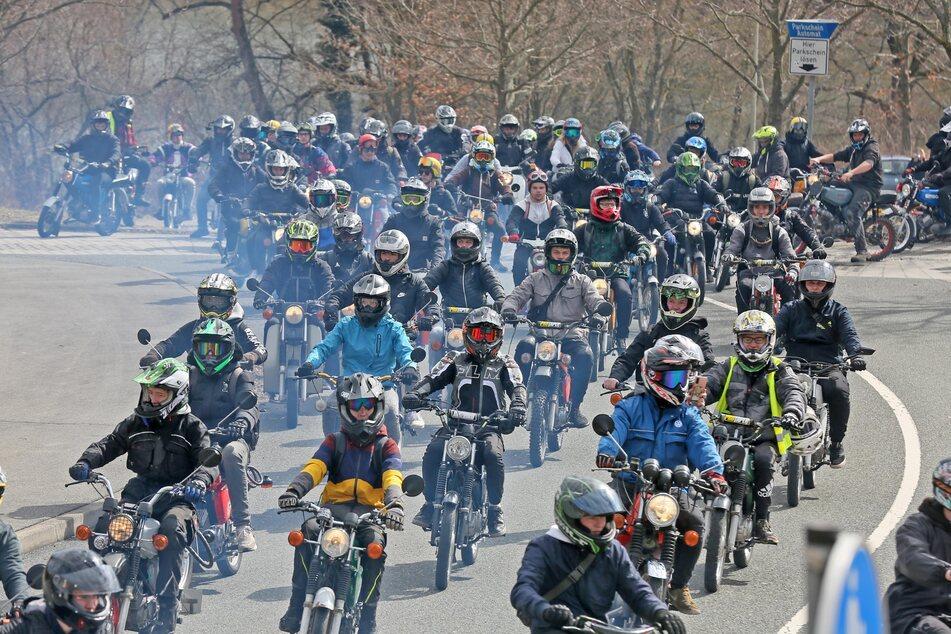 Dutzende Simson-Fahrer fuhren am Sonntag gemeinsam von Zwickau ins Vogtland.