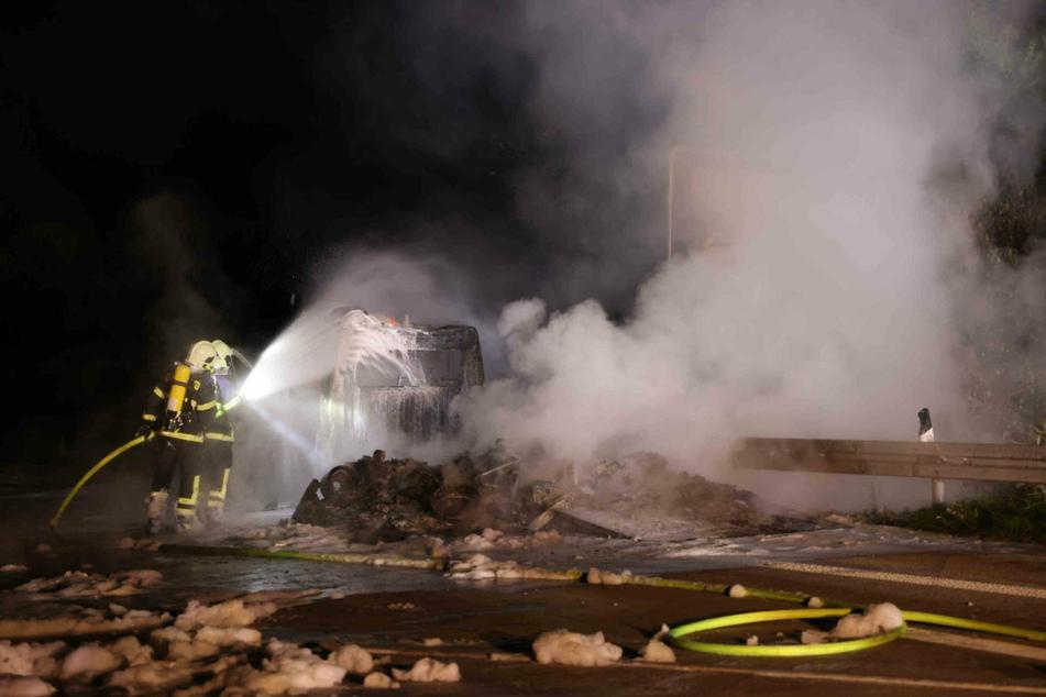 Die Feuerwehr löschte den Brand. Doch der Transporter war unmöglich zu retten.