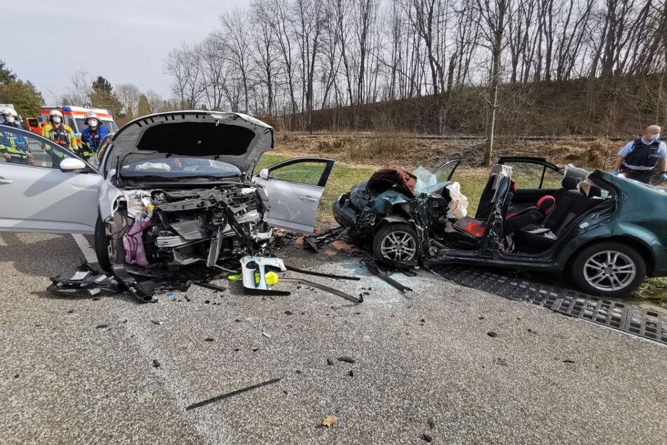 Die Unfallstelle am Donnerstagnachmittag. Die Fahrerin des Renault (links) war frontal in einen Volkswagen (rechts) gekracht.