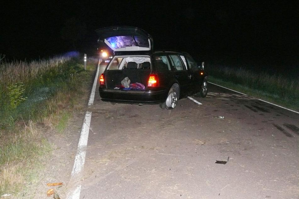 Unter Alkohol ist ein Autofahrer (23) im Salzlandkreis von der Straße abgekommen und gegen zwei Bäume gekracht.