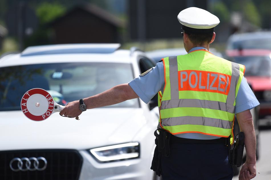 Ein Polizist bei einer Verkehrskontrolle während des G7-Gipfels in Elmau 2015. Wie ein Gericht entschied, müssen Beamte in Folge eines G7-Einsatzes mehr Freizeitausgleich bekommen.