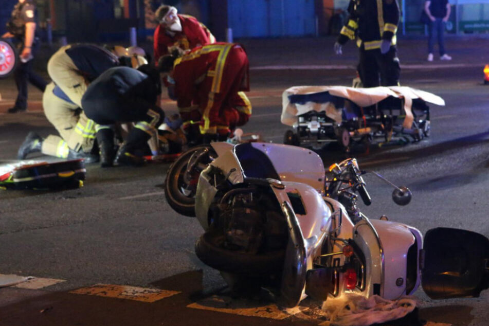 Taxi kracht in Motorroller: Zwei Schwerverletzte