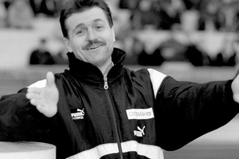 Köln: Zufriedene Gestik bei Wolfgang Jerat (†) nach dem Schlusspfiff am 06.03.1993 im Müngersdorfer Stadion bei einem Sieg gegen Dynamo Dresden.