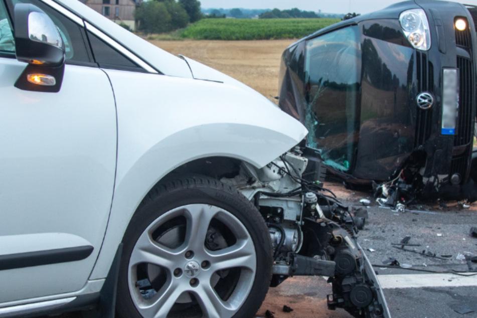 Heftiger Unfall auf der S100: Peugeot-Fahrer nimmt VW die Vorfahrt, dann kracht es