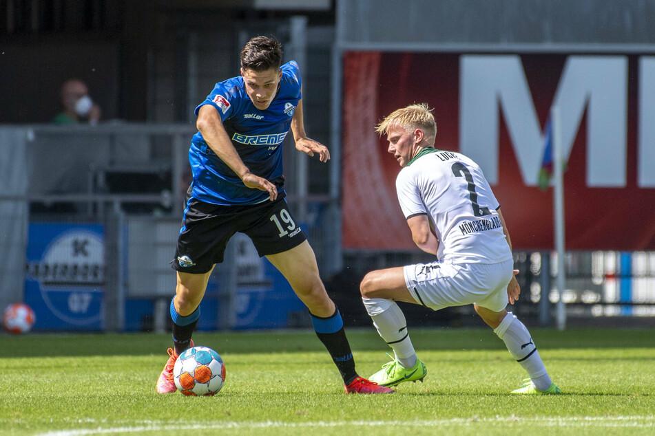 Die Borussia muss noch spritziger werden! Hier hinkt Gladbachs Per Lockl (20, r.) dem Paderborner John Iredale (21) hinterher.