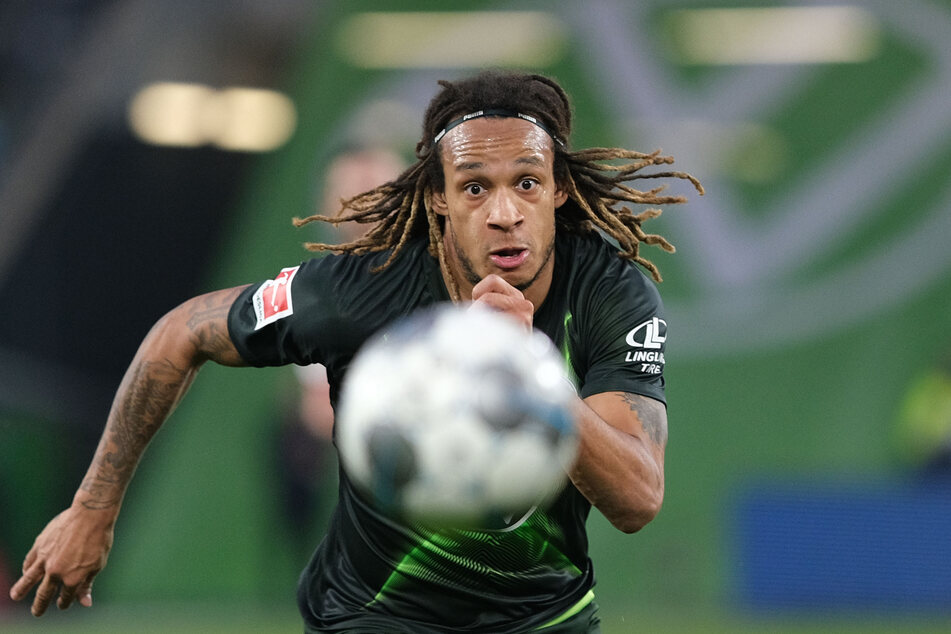 Wolfsburgs Kevin Mbabu fixiert den Ball.
