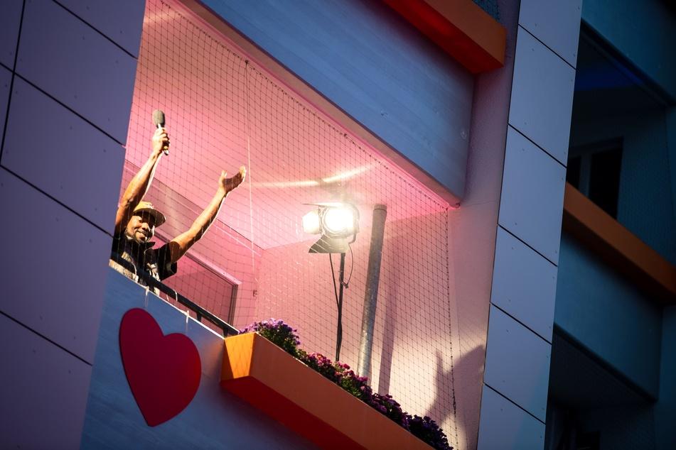 Musiker Dadda Dice singt vom Balkon.