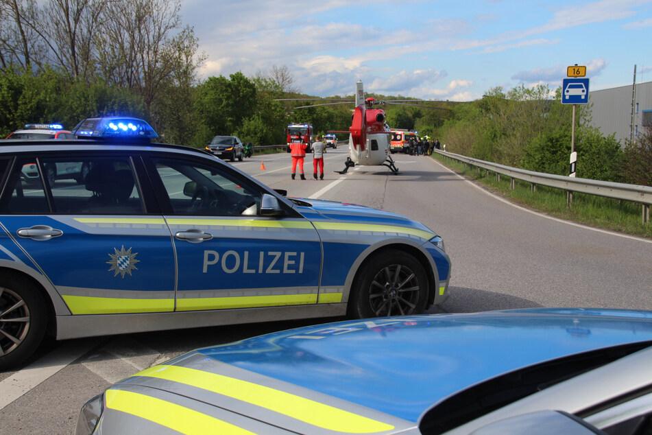 Auch ein Hubschrauber war auf der B16 in Bayern im Einsatz.