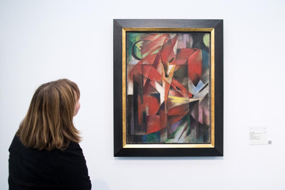 """Eine Frau betrachtet das Gemälde """"Füchse"""" von Franz Marc (1880-1916), das im Museum Kunstpalast in Düsseldorf hängt."""